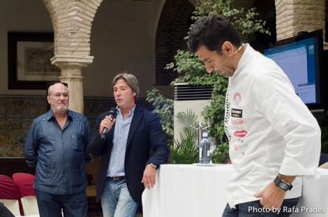 Juanma Barberá y Fernando Huidobro presentando al chef Paco Roncero.