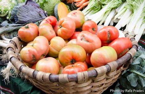 Tomates de huerta en el mercado de Tolosa (Guipúzcoa)