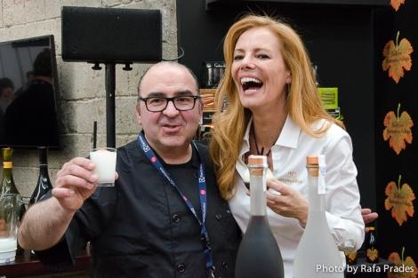 Óscar de Toro y Paula Vázquez en el stand de Marqués de Vizhoja