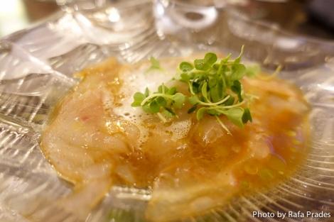 Usuzukuri de lubina y aire de sake