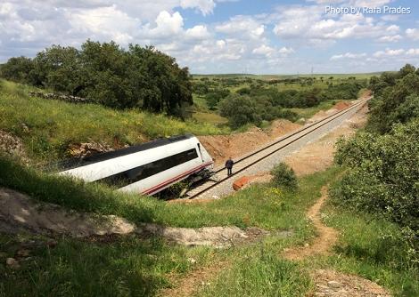 Tren descarrilado visto desde el talud lateral